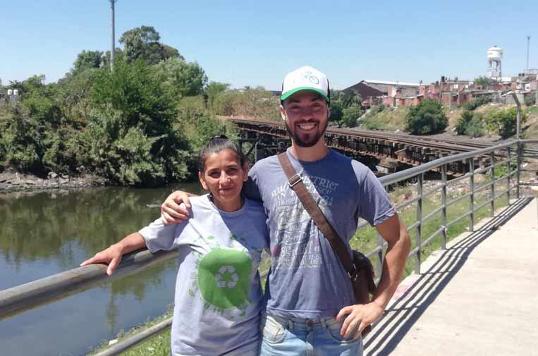 <p>Mónica Molinas, vecina de la villa 21-24, y Luciano López, cocoordinador de proyecto 'Comunidades Protagonistas sin Basura'.</p>