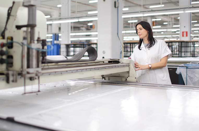 Inditex ensaya fabricar batas sanitarias y ofrece su logística para traer material de China