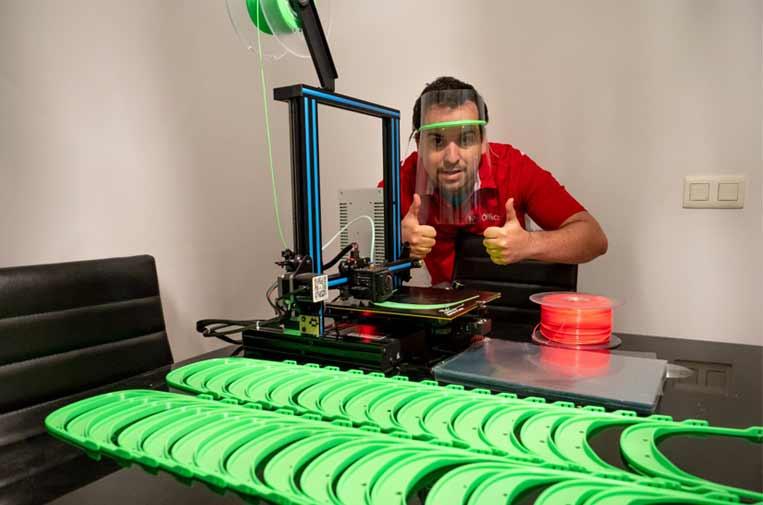 Más de 15.000 'markers' crean viseras con impresión 3D para proteger a sanitarios