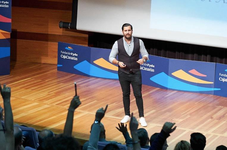 <p>Álvaro Cuadrado es también conferenciante. Foto: Twitter.</p>