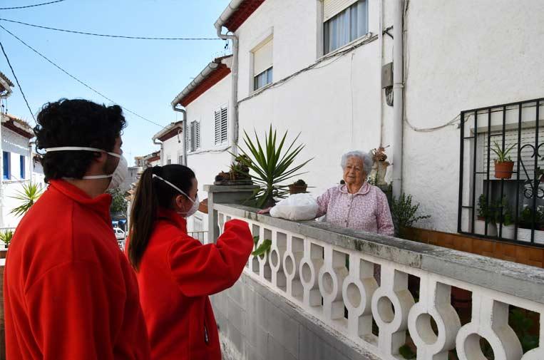 """<p>La Fundación """"la Caixa"""" y la Cruz Roja en Cataluña ayudan a las personas mayores durante el confinamiento. Foto: Fundación Bancaria """"la Caixa"""".</p>"""