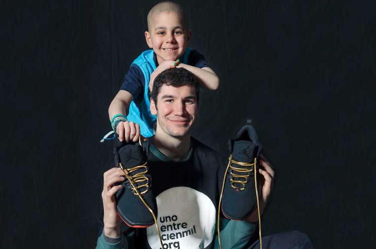 Los deportistas lucen 'Cordones Dorados' para combatir la leucemia infantil