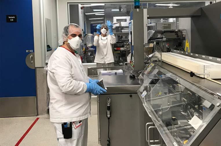 <p>Trabajadores de la planta de producción de Lilly en Alcobendas (Madrid) durante los primeros meses de pandemia. Foto: Farmaindustria.</p>