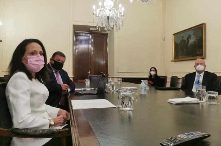 <p>Yolanda Gómez Sánchez, directora del Centro de Estudios Políticos y Constitucionales; Manuel Sánchez de Diego, director del CIT, y José Manuel Canales Aliende, catedrático de la Universidad de Alicante.</p>