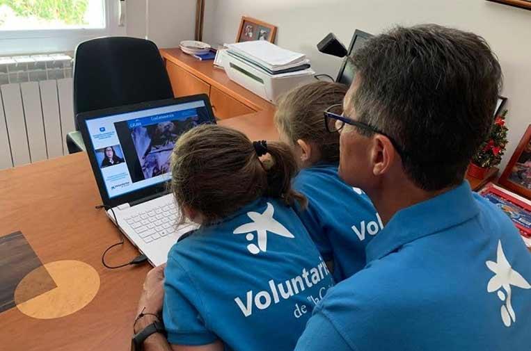 """<p>Voluntario """"la Caixa"""" colaborando en una actividad digital como las que se organizarán con motivo de la Semana Social digital. Foto: Caixabank.</p>"""