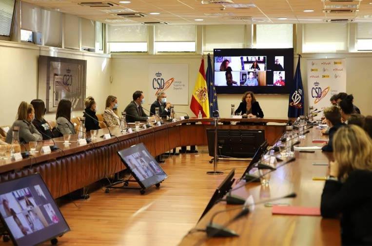 <p>Irene Lozano reunió en el CSD a las capitanas de los equipos de Primera División del fútbol femenino para avanzar en la profesionalización del fútbol femenino español. Foto: CSD.</p>