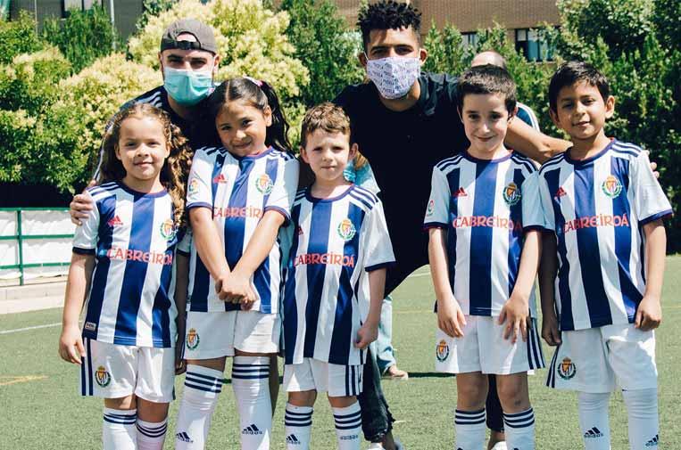 <p>Campus de verano 2020 de la Fundación Real Valladolid, con la presencia de Matheus, jugador de la primera plantilla. Foto: Fundación Real Valladolid.</p>