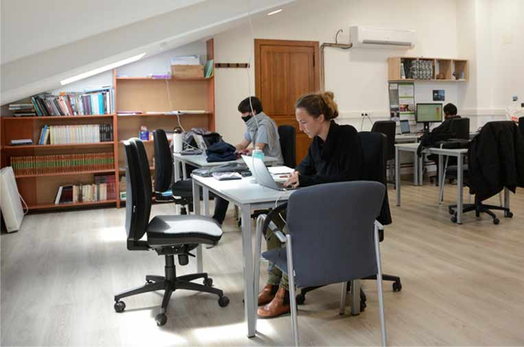 <p>Juan Barbed and Ana Amrein, in the Artieda coworking center. Photo: J.B.</p>