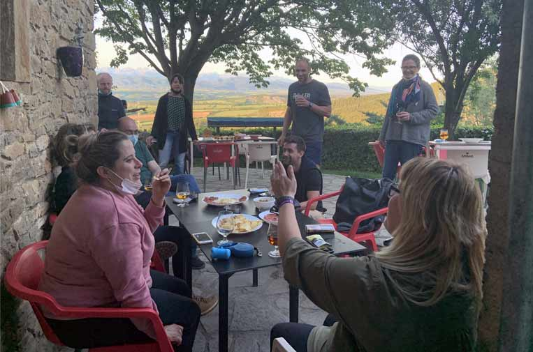 <p>El vermú es un espacio de conversación que reúne a teletrabajadores y a vecinos de Artieda. Foto: J.B.</p>