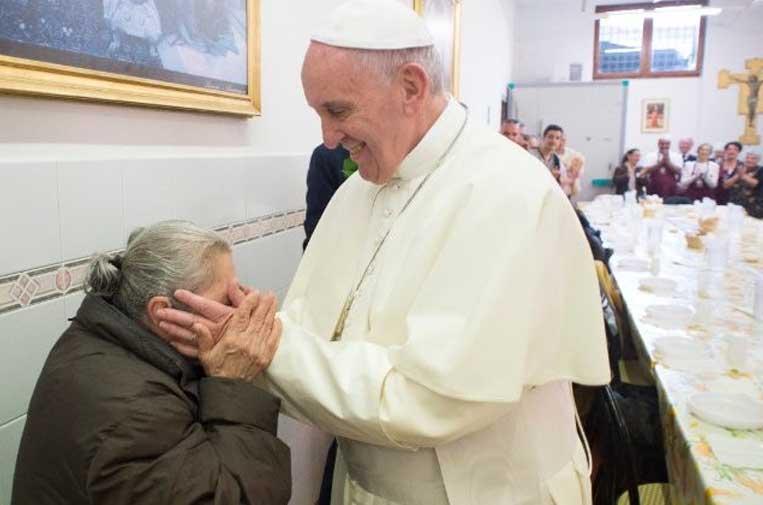 <p>El Papa durante un almuerzo con los pobres de Roma  (@L'Osservatore Romano).</p>