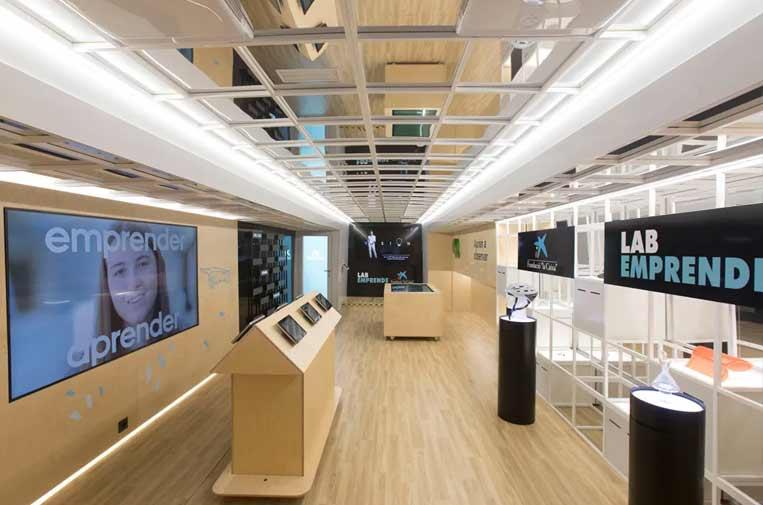"""<p>Interior del bus 'LabEmprende'. Foto: Fundación """"la Caixa"""".</p>"""
